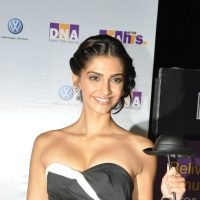 Sonam Kapoor – I can turn gay for 'Kareena'